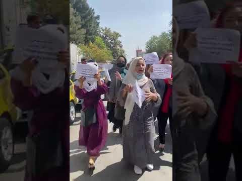 اعتراض دختران شهر هرات برای داشتن حق تحصیل